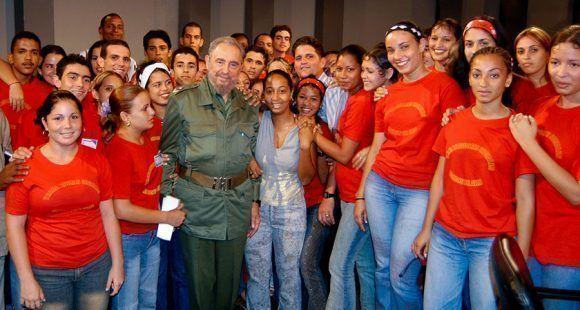 Con jóvenes Trabajadores Sociales al final de una Mesa Redonda. Foto: Ismael Francisco / Cubadebate