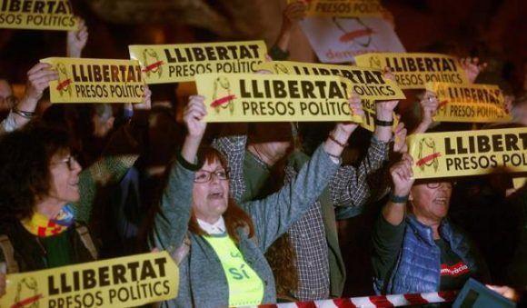 Concentración convocada por la ANC frente al Parlament. Foto: EFE.