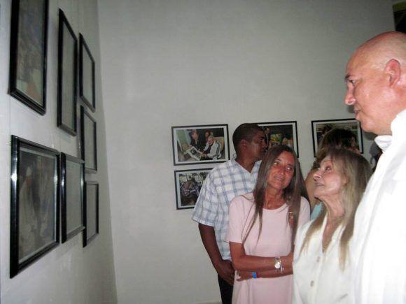 Dalia Soto del Valle y Alex Castro mirando las fotos de la expo. Foto: Miguel Ángel Gaínza
