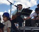 Daniel Viglietti cantando en Vallegrande, Bolivia, el 9 de octubre 2017. Foto. Resumen Latinoamericano.