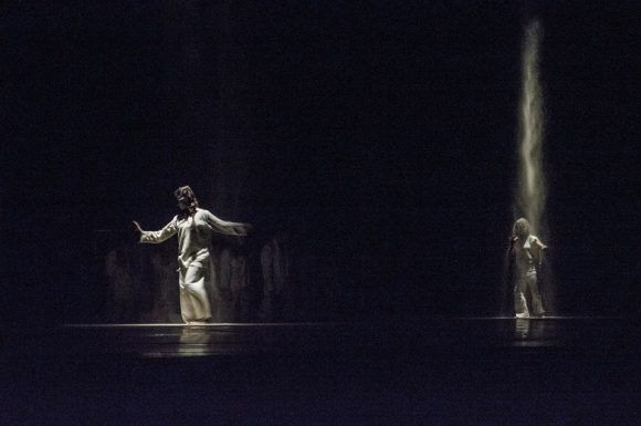 """Danza Contemporánea de Cuba regresa al Teatro Mella con las obras """"COIL"""" de Julio César Iglesias y """"Equilux"""", de la escocesa Fleur Darkin, los días 10, 11 y 12 de noviembre. Foto: @DDCuba/ Facebook."""
