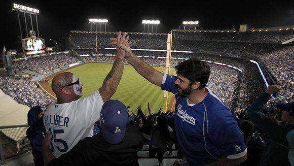 Aficionados de los Dodgers celebran que habrá séptimo juego. Foto: Allem Schaben/ Los Angeles Times.