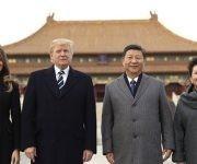 El presidente de EE UU, Donald Trump (centro i), la primera dama, Melania Trump (i), el presidente chino, Xi Jinping, (centro d) y su esposa Peng Liyuan (d), en la Ciudad Prohibida, en Pekín, este miércoles. Foto: AP.