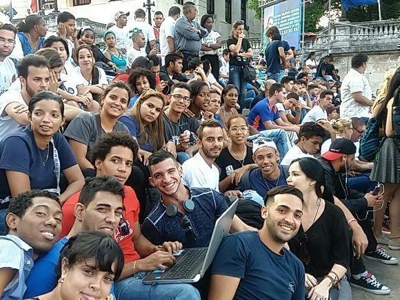 Eatudiantes universitarios esperan el comienzo de la cantata por Fidel. @yadianperez / Twitter