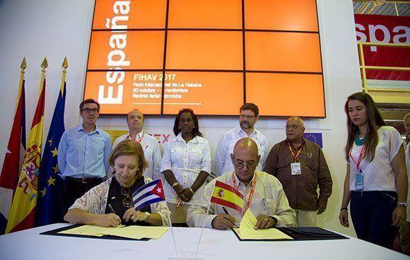 Firma de convenio de colaboración entre María Luisa Poncela,  Secretaria de Estado de Comercio de España y Roberto Verrier director de ProCuba, en Feria de La Habana. Foto: Ismael Francisco/Cubadebate.