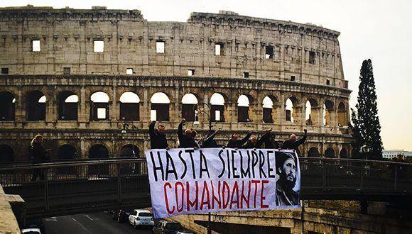 """""""Hasta Siempre Comandante"""" en el Coliseo romano. Foto: @italiacubaroma/ Twitter."""