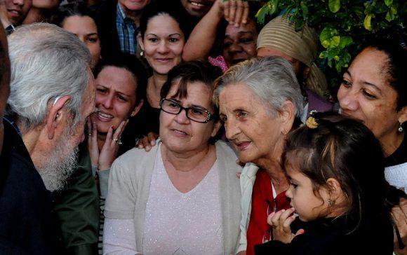 Fidel conversa con los vecinos de la mesa electoral donde votó por última vez. Foto: Ismael Francisco/ Cubadebate.