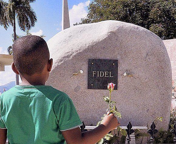 Un niño lleva una flor al lugar donde descansan los restos de Fidel. Foto: Jorge Luis Sánchez/ Bohemia/ Cubadebate.