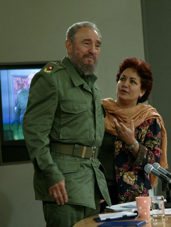 Fidel con Arleen rodríguez, conductora de la Mesa redonda. Foto: Ismael Francisco / Cubadebate