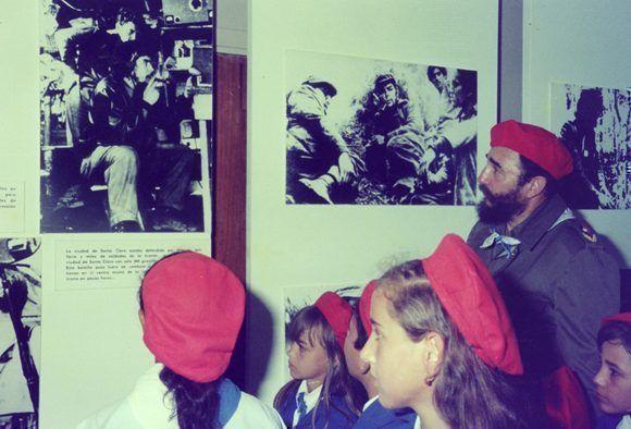 """Recorre junto a pioneros destacados una exposición de fotos, en la Ciudad de los Pioneros """"José Martí"""" en la playa Tarará durante la celebración por el Día de los Niños, 20 de julio de 1975. Foto: Estudios Revolución / Sitio Fidel Soldado de las Ideas"""