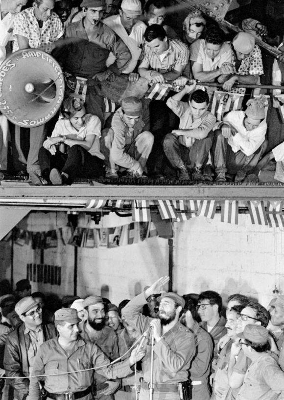 Fidel hablando a trabajadores, 1965. Foto: Lee Lockwood