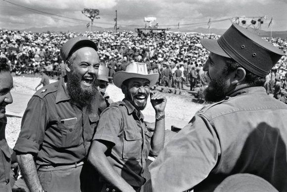 Fidel sonriente, junto a Almeida y el Dr. Vallejos, en Manzanillo. Foto: Lee Lockwood