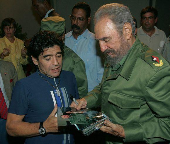 En el estudio de la Mesa Redonda comparte con Diego Armando Maradona y le entrega varias fotos de su encuentro en esos días. Foto: Ismael Francisco / Cubadebate