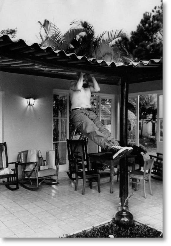 Haciendo ejercicios durante su estancia en Isla de Pinos. 1965. Foto: Lee Lockwood