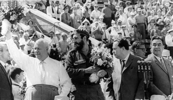 Durante un acto de masas en el estadio Leningrado. Le acompañan el Presidente de la URSS, Nikita Jrushchov y el Secretario General del PCUS, Leonid Brézhnev, el 15 de mayo de 1963. Autor: Agencia de noticias TASS/ Sitio Fidel Soldado de las Ideas..
