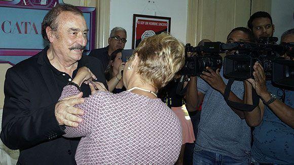Aixa Hevia, vicepresidenta de la UPEC, entrega la Orden Felix Elmusa a Ignacio Ramonet. Foto: José Raúl/ Cubadebate.