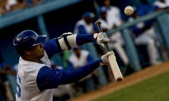 Los reiterados toques de bola le salieron mal a Industriales. Foto: Ismael Francisco/ Cubadebate.