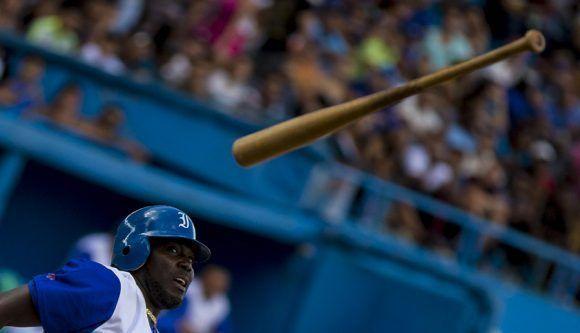Los bates azules andan extraviados por los aires. Foto: Ismael Francisco/ Cubadebate.