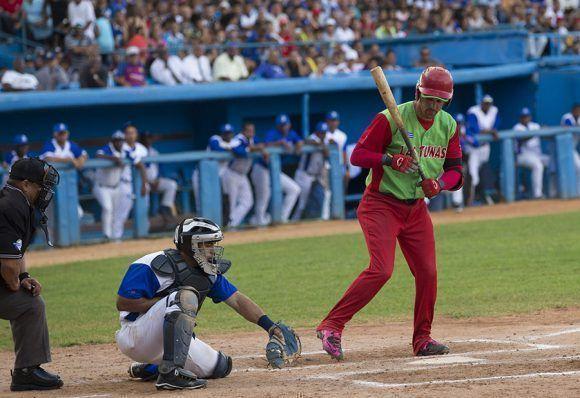 El descontrol de los lanzadores azules dio el triunfo a Las Tunas. Paumier empuja la carrera del triunfo por base por bolas. Foto: Ismael Francisco/ Cubadebate.