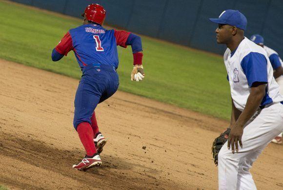 Roel Santos sigue demostrando ser el jugador más veloz de la pelota cubana. Foto: Jennifer Romero/ Cubadebate.