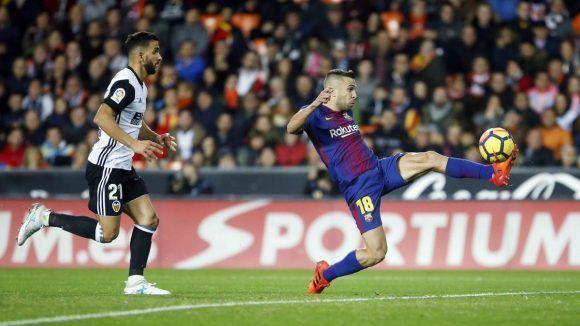 Jordi Alba marca el gol del empate ante el Valencia. Foto: @FCBarcelona_es.