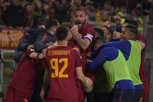 Jugadores de la Roma celebran el gol del triunfo, anotado por Nainggolan. Foto: @ASRomaEN.