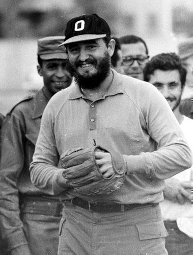 Fidel participa en un juego de pelota como parte de un equipo de estudiantes canadienses, norteamericanos y periodistas en los terrenos del Instituto Pre-Universitario Cuqui Bosh de Santiago de Cuba, 27 de julio de 1964. Foto: Sitio Fidel Soldado de las Ideas