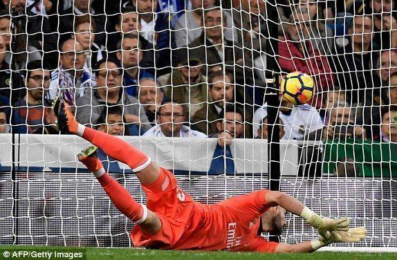 Un error de Casilla provocó que el Málaga empatara en el 57'. Foto: AFP/ Getty.