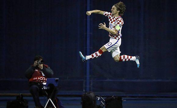 Luka Modric celebra el primer gol de Croacia ante Grecia. Foto: Getty Images.