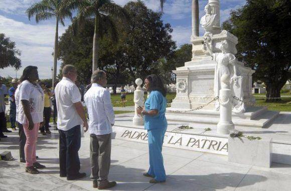 El independentista puertorriqueño Oscar López Rivera (C.der) junto a Lázaro Expósito (C.izq) rinden homenaje al Padre de la Patria Carlos Manuel de Céspedes en el cementerio Santa Ifigenia de Santiago de Cuba. Foto: Miguel Rubiera/ ACN.