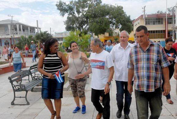 Oscar López Rivera (C), líder independentista puertorriqueño, recorre el parque José Martí del municipio Caimanera, junto a Denny Legrá Azahares (segundo derecha), miembro del Comité Central del Partido y su Primer Secretario en Guantánamo, Danis Parada (primera izquierda), máxima dirigente de la organización política en esa localidad y Osnerys Ortiz Romero (D), presidente de la Asamblea Municipal del Poder Popular, el 22 de noviembre de 2017.   ACN FOTO/Pablo SOROA FERNÁNDEZ/ogm