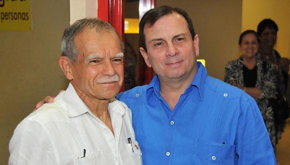 Oscar López Rivera (izquierda) fue recibido en el aeropuerto internacional José Martí por Fernando González. Foto: Ismael Batista/ Granma.