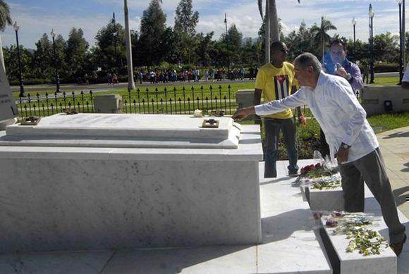 El independentista puertorriqueño Oscar López Rivera rinde homenaje a la Madre de Patria Mariana Grajales. Foto: Miguel Rubiera/ ACN.