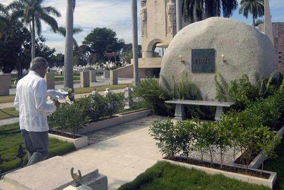 El independentista puertorriqueño Oscar López Rivera rinde homenaje al Comandante en Jefe Fidel Castro Ruz en el monolito donde descasan sus cenizas en el cementerio Santa Ifigenia de Santiago de Cuba. Foto: Miguel Rubiera/ ACN.