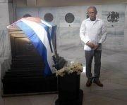 El independentista puertorriqueño Oscar López Rivera rinde homenaje al Héroe Nacional de cubano José Martí en el Mausoleo donde descasan sus restos en el cementerio Santa Ifigenia de Santiago de Cuba, Cuba, 21 de noviembre de 2017. ACN FOTO/Miguel RUBIERA JUSTIZ/ypp