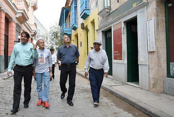 Ocar López Rivera recorrió La Habana Vieja junto a el Doctor Michael González Sánchez, director de Patrimonio y el especialista Alexis Plasencia, de la Oficina del Historiador de la Ciudad, Edwin González, delegado de la Misión de Puerto Rico en Cuba y su hija Clarissa. Foto: Karoly Emerson/ Siempre con Cuba/ ICAP.