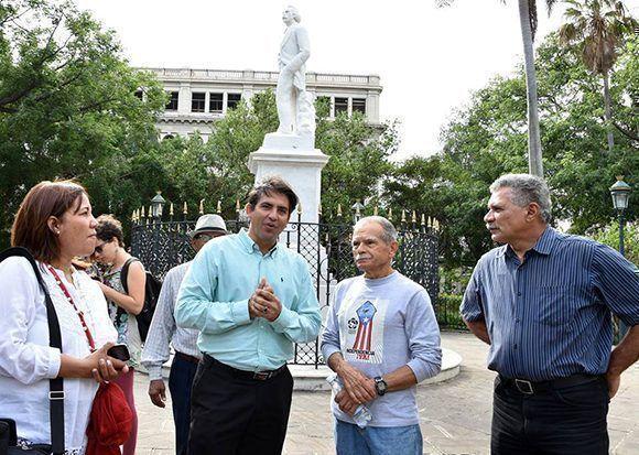Oscar López Rivera en la Plaza de Armas, junto a la escultura de Carlos Manuel de Céspedes. Foto: Karoly Emerson/ Siempre con Cuba/ ICAP.