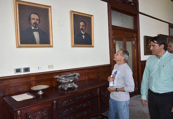 Oscar López Rivera observa imágenes de José Martí y Carlos Manuel de Céspedes en el Palacio del Segundo Cabo. Foto: Karoly Emerson/ Siempre con Cuba/ ICAP.