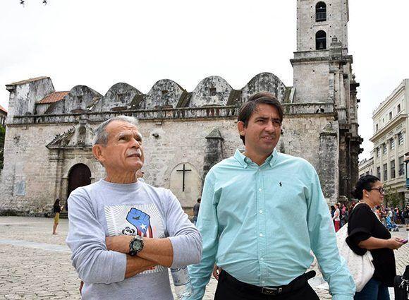 Oscar López Rivera junto a Michael González Sánchez en la Plaza San Francisco de Asís. Foto: Karoly Emerson/ Siempre con Cuba/ ICAP.