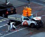 Policías investigan un vehículo supuestamente utilizado en el ataque en Nueva York. Foto: Andrew Kelly / Reuters.
