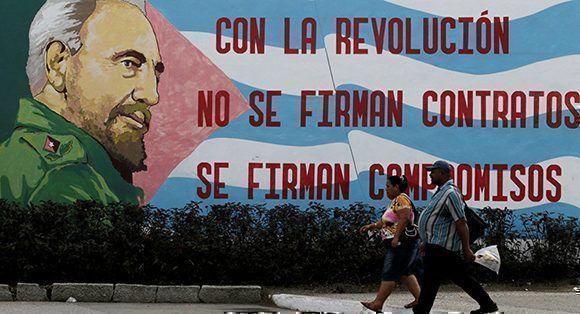 Una frase de Fidel junto a la bandera cubana. Foto: Enrique de la Osa/ Reuters.