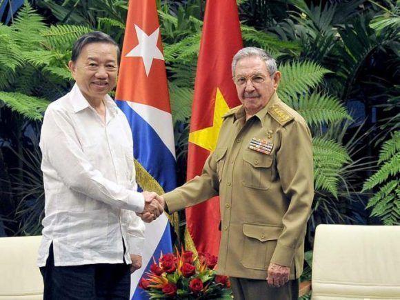 Raúl Castro junto al Ministro de Seguridad Pública de VietNam, 27 de noviembre de 2017. Foto: Estudios Revolución