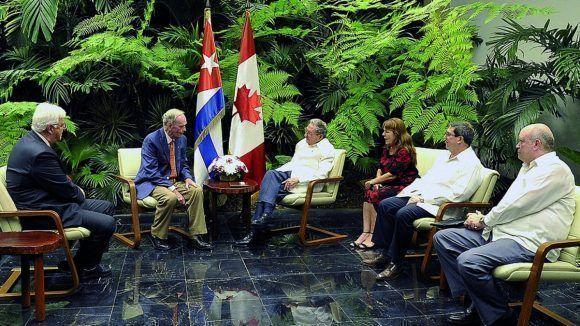 Recibió presidente cubano Raúl Castro a ex Primer Ministro de Canadá