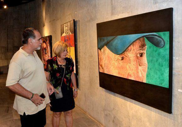 René González Sehwerert, Héroe de la República de Cuba, junto a su esposa Olga Salanueva, durante la inauguración de la exposición Semblanza, del joven pintor Reinier Saavedra Sotolongo, dedicada al Comandante en Jefe Fidel Castro, en el Memorial José Martí, en La Habana, Cuba, el 24 de noviembre de 2017.   ACN FOTO/Marcelino VÁZQUEZ HERNÁNDEZ/ogm