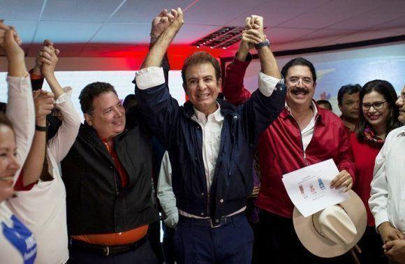 El candidato presidencial de la Alianza de Oposición contra la Dictadura, Salvador Nasralla, durante una conferencia donde se declara vencedor de las elecciones presidenciales de Honduras.Foto: AP