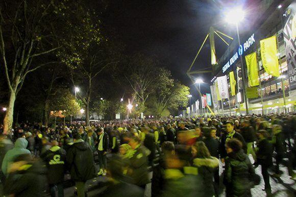 Seguidores del Dortmund se marchan del estadio. Foto del autor.