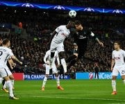Sergio Ramos intenta un cabezazo sin fortuna. Foto:  Reuters.