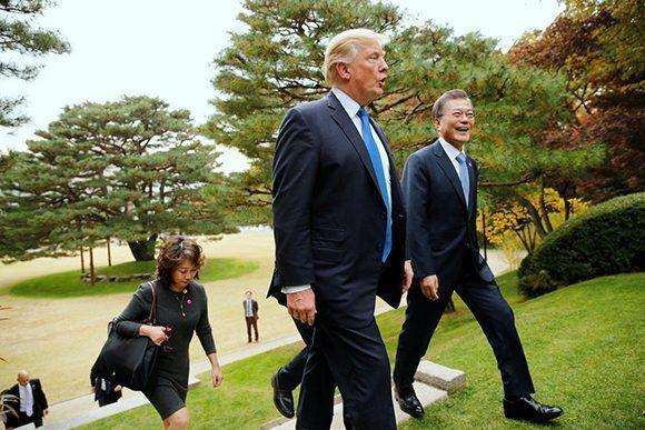 Donald Trump camina junto al presidente de Corea del Sur, Moon Jae, en los jardines de la Casa Azul de Seul. Foto: Reuters.