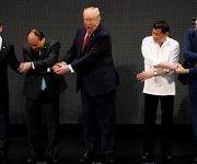 Trump no sabe a quien estrechar la mano, los primeros ministros de Vietnam y Rusia divertidísimos. Foto: Newsweek.