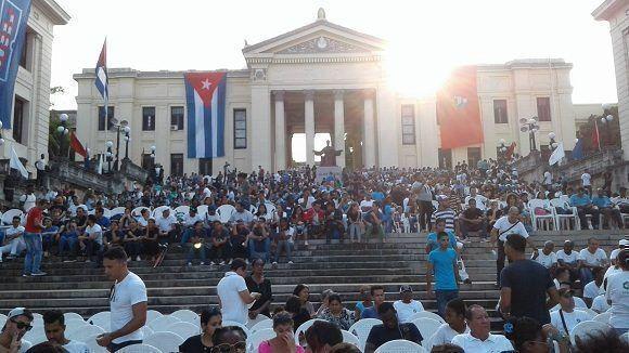 A un año del fallecimiento del líder histórico de la Revolución, la escalinata de la UH se prepara para un homenaje. Foto: Lismara Castro/Facebook